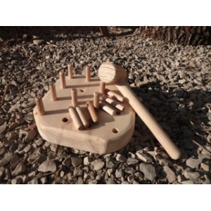 Tablero de madera con puntas y martillo