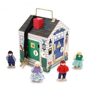 Casa de madera con timbre y llaves