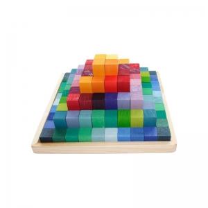Pirámide de cubos de madera